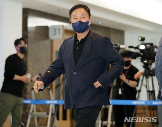 8일 서울아산병원에 마련된 유상철 전 감독의 빈소를 찾은 허정무 대전하나시티즌 이사장. /사진=뉴시스