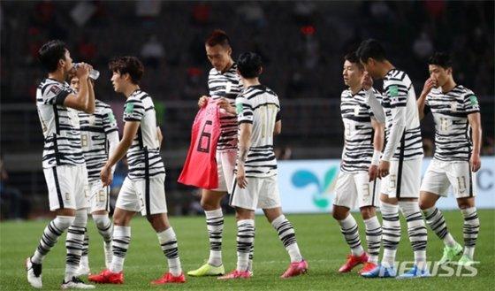 축구대표팀 김신욱(가운데)이 9일 스리랑카와의 월드컵 예선에서 골을 넣은 뒤 故 유상철 감독의 유니폼을 들어보이며 헌정 세리머니를 펼치고 있는 모습. /사진=뉴시스