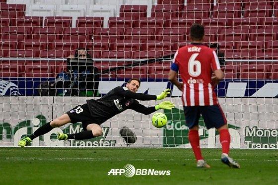 지난 3월 레알 마드리드전에서 상대 슈팅을 선방해내고 있는 얀 오블락 골키퍼. /AFPBBNews=뉴스1