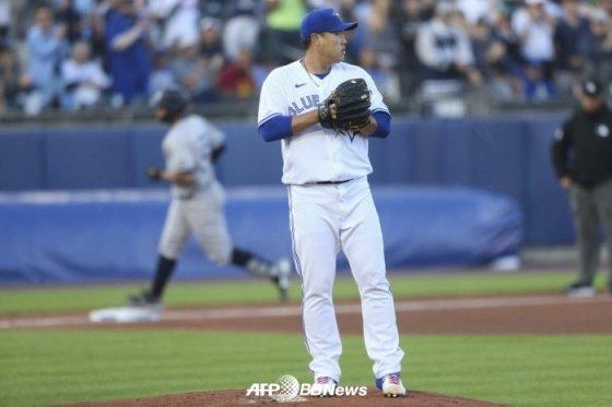 류현진이 16일(한국시간) 뉴욕 양키스전 2회 게리 산체스에게 홈런을 내준 뒤 아쉬워하고 있다.  /AFPBBNews=뉴스1
