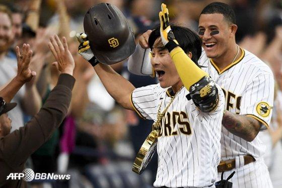 김하성이 20일 신시내티 레즈전에서 결승 2점 홈런을 터뜨린 뒤 동료들의 축하를 받고 있는 모습. /AFPBBNews=뉴스1