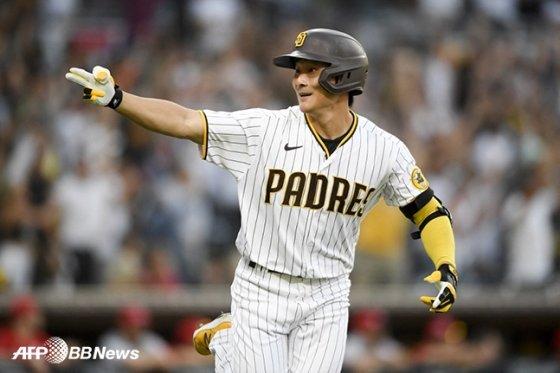 20일 신시내티 레즈전에서 2점 홈런을 터뜨린 뒤 동료들을 향해 세리머니를 펼치고 있는 김하성. /AFPBBNews=뉴스1