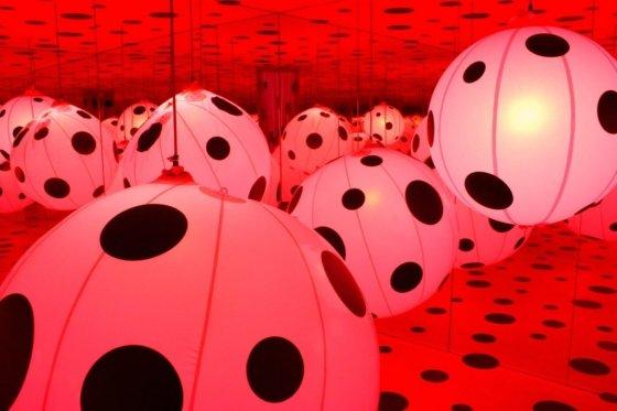 쿠사마 야요이(Yayoi Kusama), 전시회 '점에 대한 강박(Dots Obsession)', Parc de la Villette, Paris, 2008.  사진제공= Evan Bench via Flickr/Creative Commons.