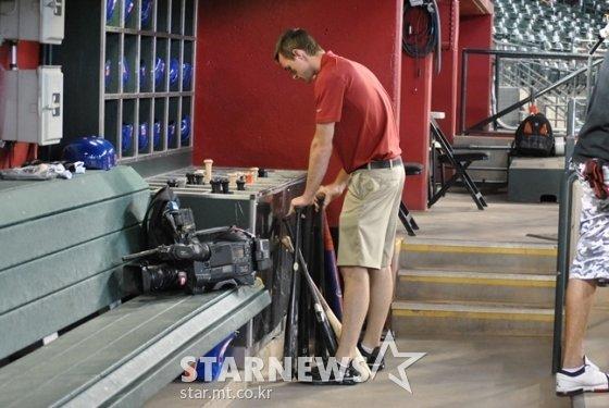 애리조나 구단 배트보이가 경기 전 선수들의 배트를 정리하고 있다. /사진=이상희 통신원
