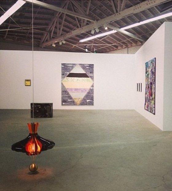 전시회 장의 호르헤 파르도(Jorge Pardo)의 조형 작품, Night Gallery, Los Angeles, 2013.  사진제공= Alissa Walker via Flickr/Creative Commons.