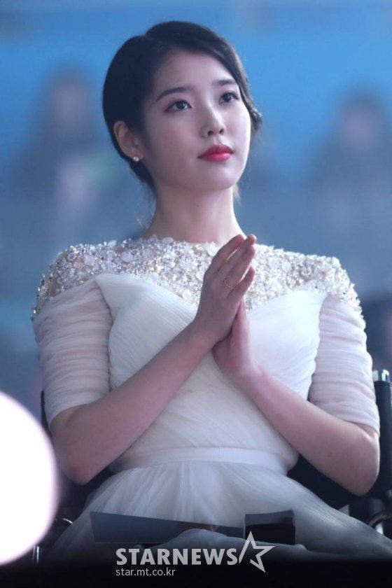 가수 겸 배우 아이유가 인천 남동체육관에서 열린 '2018 Asia Artist Awards'(2018 아시아아티스트어워즈 '2018 AAA')에서 박수를 치고 있다. /사진=이기범 기자 leekb@