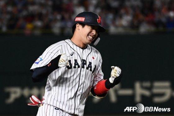 야마다 테츠토가 2019 WBSC 프리미어 12 대회에서 한국을 상대로 결승 홈런을 때려낸 뒤 기뻐하고 있다./AFPBBNews=뉴스1