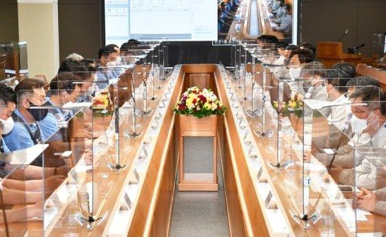 현대자동차 노사가 지난 5월 26일 울산공장 본관 동행룸에서 2021년도 임금 및 단체협약 교섭 상견례를 개최하고 있다.