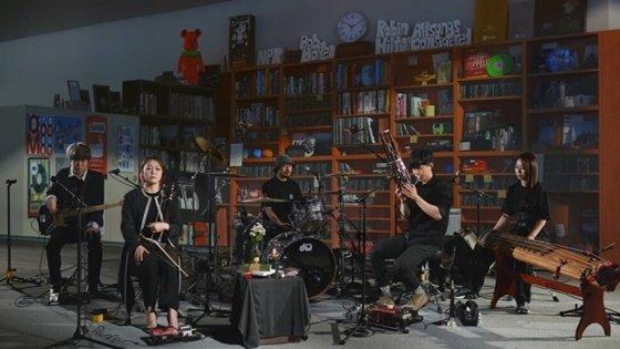 '타이니 데스크 홈 콘서트'에 출연한 잠비나이 /사진제공=더 텔 테일 하트