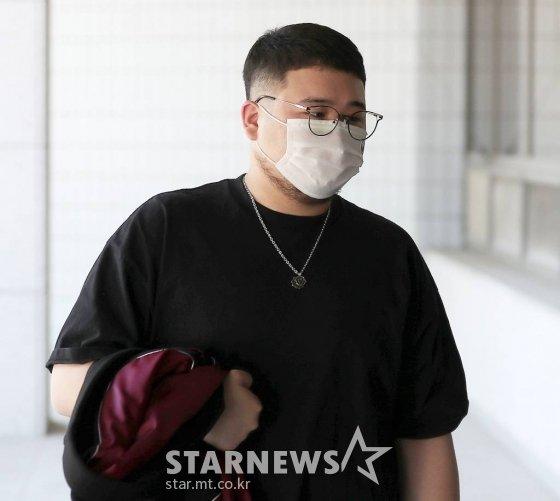 대마초 소지 및 흡입 혐의를 받고 있는 래퍼 킬라그램이 21일 오전 서울 양천구 남부지방법원에서 진행된 2차 공판에 출석하고 있다. 2021.07.21 /사진=김창현 기자 chmt@
