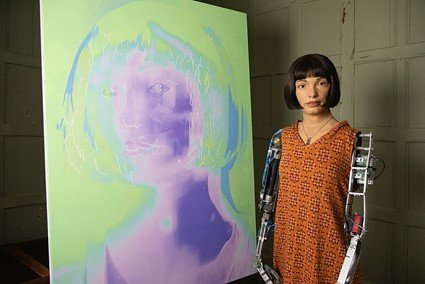 전시회장의 에이다(Ai-Da), 전시 '에이다: 로봇의 초상(Ai-Da: Portrait of the Robot)', Design Museum, London, 2021.  사진제공= Leemurz via Wikimedia Commons.