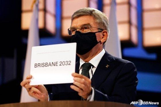 2032 하계 올림픽 개최지가 호주 브리즈번으로 확정됐다. 사진은 브리즈번을 개최지로 확정해 발표하고 있는 토마스 바흐 IOC 위원장. /AFPBBNews=뉴스1