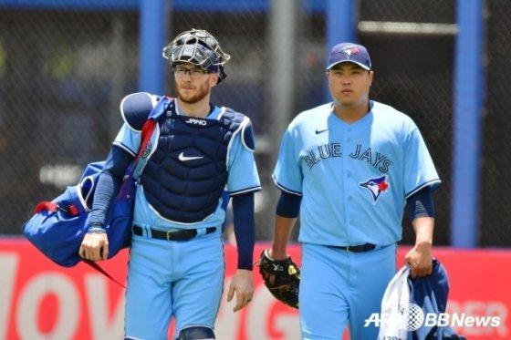 대니 잰슨(왼쪽)과 류현진./AFPBBNews=뉴스1