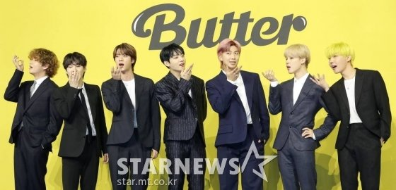 방탄소년단(BTS, 뷔 슈가 진 정국 RM 지민 제이홉)이 21일 오후 서울 송파구 방이동 올림픽홀에서 진행된 새 싱글앨범 'Butter' 발매 기념 쇼케이스에서 포즈를 취하고 있다.  'Butter'에는 버터처럼 부드럽게 녹아들어 너를 사로잡겠다는 방탄소년단의 귀여운 고백이 담겨있다.  방탄소년단은 'Butter'를 사실상의 선 공개 싱글로 스타트를 끊고 6월 중 'Butter'가 포함된 새 앨범을 발매할 계획이다. 2021.05.21 /사진=김창현 기자 chmt@
