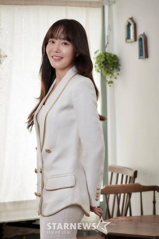 배우 엄지원이 21일 오전 화상으로 진행된 영화 '방법 : 재차의' 개봉 관련 인터뷰에 앞서 포즈를 취하고 있다.  '방법: 재차의'는 되살아난 시체 '재차의'에 의한 연쇄살인사건을 막기 위해 미스터리의 실체를 파헤치는 이야기. tvN 드라마 '방법'을 새롭게 스크린으로 가져온 작품이다. 오는 28일 개봉. / 사진제공 = CJ ENM /사진=김창현 기자 chmt@