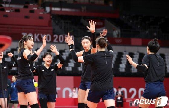 김연경(가운데) 등 한국 여자배구 대표팀 선수들이 지난 21일 일본 도쿄에서 훈련을 하고 있다. /사진=뉴스1