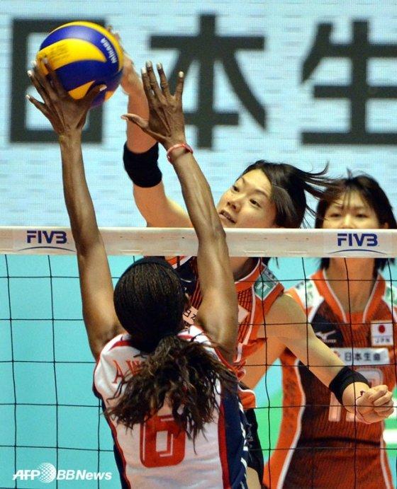 일본 여자배구 대표팀(오른쪽)의 경기 모습.  /AFPBBNews=뉴스1