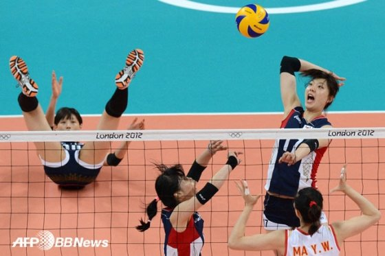 2012년 런던 올림픽 여자배구 한국-중국전. 한국 양효진(오른쪽)이 공격을 하고 있다.   /AFPBBNews=뉴스1