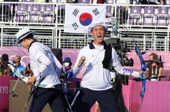 대한민국 양궁 대표팀 안산(왼쪽)과 김제덕이 24일 일본 도쿄 유메노시마 양궁장에서 열린 2020 도쿄올림픽 양궁 남녀혼성단체전 결승전에서 금메달을 확정지은 뒤 기뻐하고 있다. /사진=뉴시스