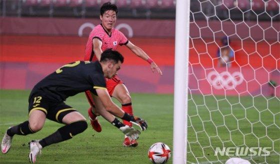 25일 일본 가시마에서 열린 루마니아와 2020 도쿄올림픽 남자축구 조별리그 B조 2차전에서 공격을 시도하고 있는 황의조. /사진=뉴시스