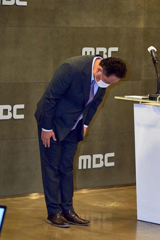 지난 26일 서울 마포구 상암동 MBC에서 대국민 사과 기자회견을 열고 고개를 숙이는 MBC 박성제 사장 /사진제공=MBC