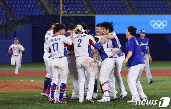 이스라엘전 끝내기 승리 후 기뻐하는 한국 선수들. /사진=뉴스1