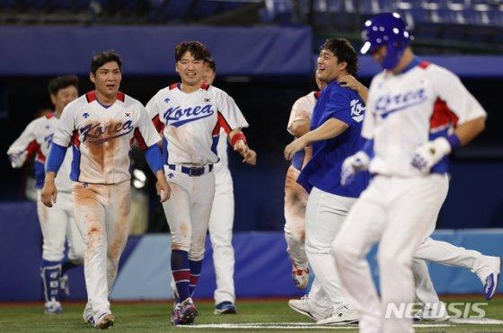한국 야구 대표팀이 29일 요코하마 스타디움에서 이스라엘을 이기고 기뻐하고 있다./사진=뉴시스