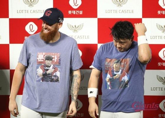 지난해 8월 준태티를 입고 함께 인터뷰하는 스트레일리와 김준태(오른쪽)./사진=롯데 자이언츠