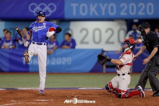 한국-미국전 모습. 오재일이 헛스윙을 한 뒤 균형을 잡고 있다. /AFPBBNews=뉴스1