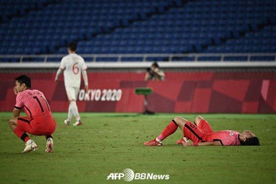 7월 31일 일본 인터내셔널 요코하마 스타디움에서 열린 멕시코와의 2020 도쿄올림픽 8강전에서 3-6으로 참패한 뒤 아쉬워하고 있는 선수들. /AFPBBNews=뉴스1