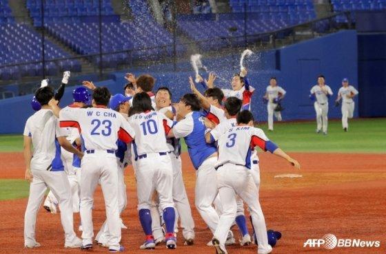 1일(한국시간) 도미니카공화국전에서 끝내기 승리 후 기뻐하는 한국 선수들. /AFPBBNews=뉴스1