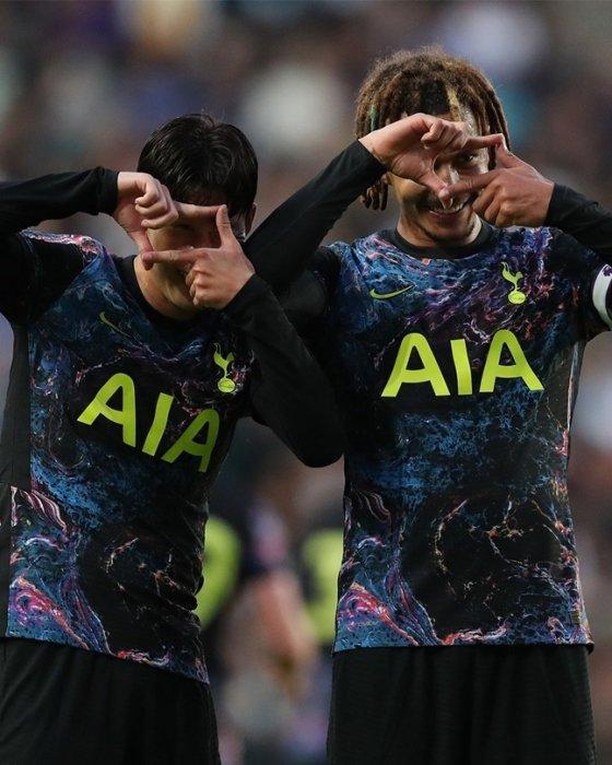 손흥민(왼쪽)과 델리 알리가 지난 7월 29일 프리시즌 MK돈스전에 입고 출전한 새 원정 유니폼. /사진=토트넘 홋스퍼 트위터