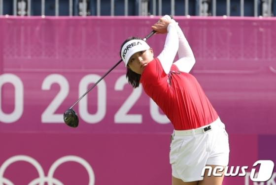 고진영이 4일 일본 사이타마현 가스미가세키 컨트리클럽에서 열린 2020 도쿄올림픽 여자 골프 1라운드에서 샷을 하고 있다. /사진=뉴스1