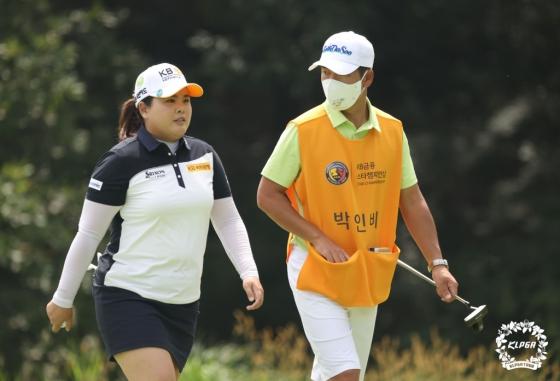 박인비(왼쪽)가 캐디로 나선 남편 남기협 코치와 걸어가고 있다./사진=KLPGA