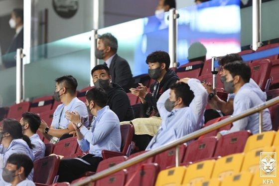 손흥민(가운데 위)이 지난 7일 수원월드컵경기장에서 열린 레바논과 2022 카타르 월드컵 최종예선 2차전을 관중석에서 지켜보고 있다. /사진=대한축구협회