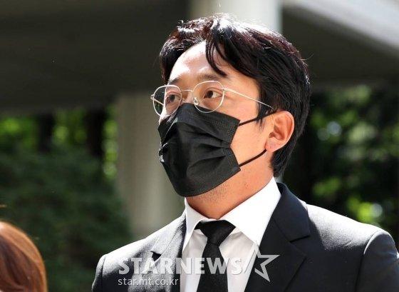 프로포폴 불법 투약 혐의를 받고 있는 배우 하정우(본명 김성훈)가 14일 오후 서울 서초구 중앙지방법원에서 열린 선고 공판에 출석하고 있다.  법원은 이날 하정우에게 벌금 3000만원을 선고했다. 2021.09.14 /사진=김창현 기자 chmt@
