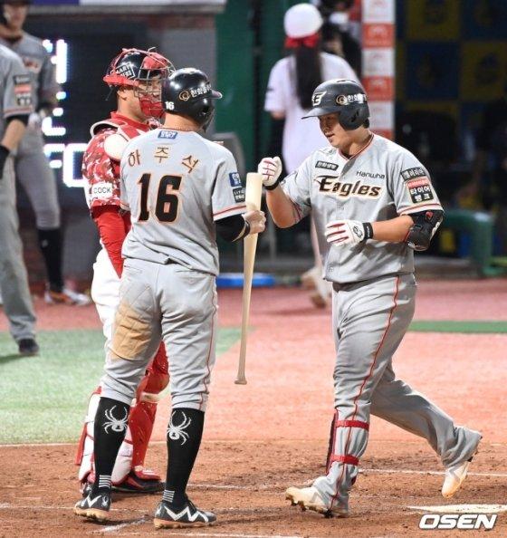 3회 2사 1루에서 한화 노시환(오른쪽)이 투런 홈런을 친 뒤 하주석과 하이파이브를 하고 있다.