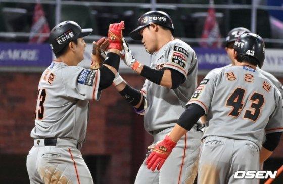 7회 하주석(가운데)이 3점 홈런을 친 뒤 동료들과 함께 기쁨을 나누고 있다.
