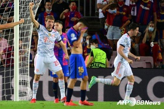 바르셀로나의 페드리(가운데)가 15일 스페인 바르셀로나 캄프 누에서 바이에른 뮌헨의 로베르토 레반도프스키(오른쪽)에게 골을 내준 직후 고개를 떨구고 있다./AFPBBNews=뉴스1