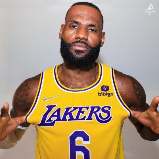르브론 제임스가 한국 브랜드 비비고가 새겨진 LA 레이커스 유니폼을 입고 포즈를 취하고 있다./사진=LA 레이커스 공식 SNS 캡처