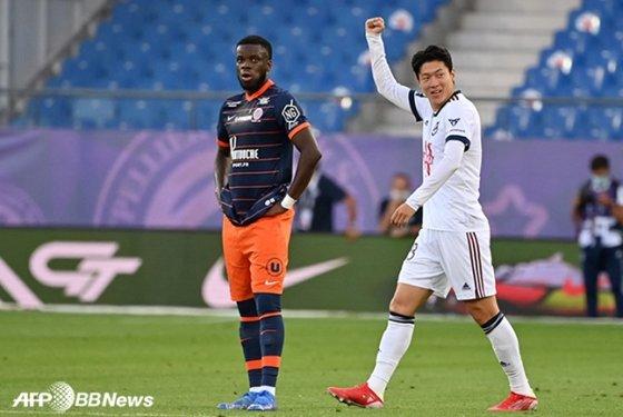 23일 프랑스 몽펠리에전에서 환상적인 동점골을 터뜨린 뒤 골 세리머니를 펼치고 있는 보르도 황의조(오른쪽). /AFPBBNews=뉴스1