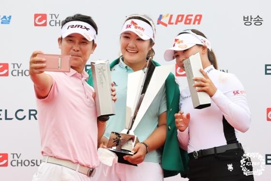 임창정, 유해란, 김지영2(왼쪽부터)가 엘크루-TV조선 프로 셀러브리티 2021 단체팀 우승 후 함께 셀카를 찍고 있다./사진=KLPGA