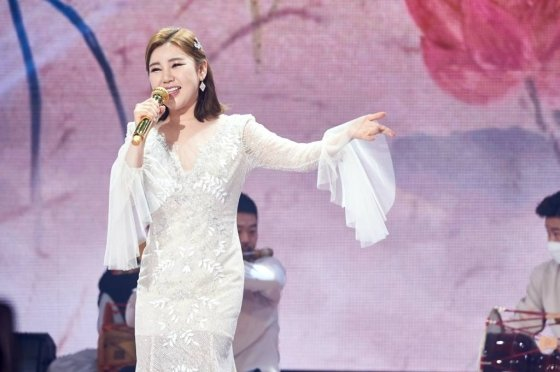 가수 송가인이 31일 오후 서울 상암동 MBC에서 진행된 2020 MBC 가요대제전에서 멋진 공연을 펼치고 있다. /사진제공=MBC
