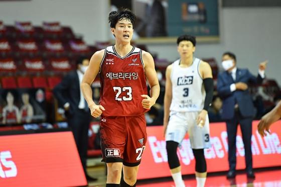 안양 KGC 전성현이 9일 안양실내체육관에서 열린 전주 KCC전에서 3점슛을 성공시킨 뒤 환호하고 있다. /사진=KBL