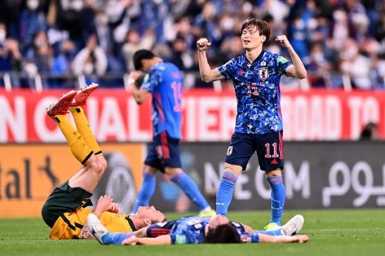 12일 일본 사이타마 스타디움 2002에서 열린 호주와의 2022 카타르 월드컵 최종예선 4차전에서 2-1로 승리를 거두자 일본 축구대표팀 후루하시 교고(오른쪽)가 기뻐하고 있는 모습. /AFPBBNews=뉴스1