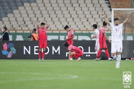 12일 이란 테헤란 아자디 스타디움에서 열린 이란과의 2022 카타르 월드컵 최종예선 A조 4차전에서 동점골 실점 이후 아쉬워하고 있는 선수들. /사진=대한축구협회