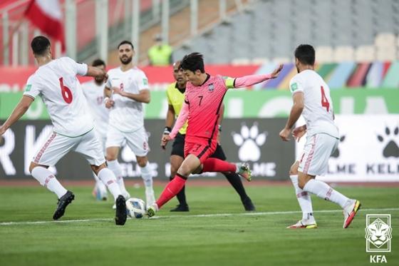 손흥민(가운데)이 12일 이란 테헤란 아자디 스타디움에서 열린 이란과의 2022 카타르 월드컵 최종예선 A조 4차전에서 슈팅을 시도하고 있는 모습. /사진=대한축구협회
