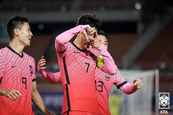 손흥민(가운데)이 지난 7일 열린 2022 카타르 월드컵 아시아 지역 최종여선 시리아전에서 결승골을 터뜨린 후 카메라 세리머니를 하고 있다. /사진=대한축구협회 제공