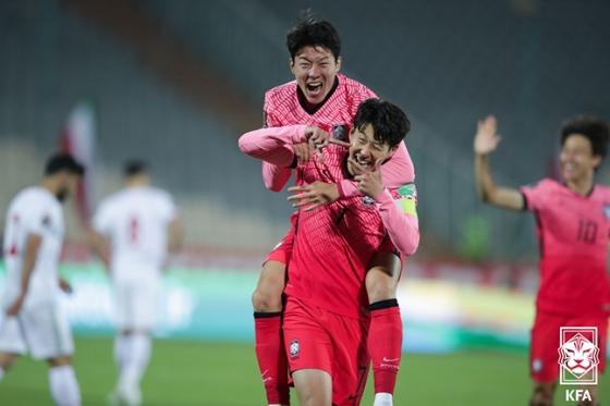 손흥민(아래)이 지난 12일 이란 아자디 스타디움에서 열린 이란과의 2022 카타르 월드컵 아시아 최종예선 4차전에서 선제골을 넣은 뒤 황의조와 함께 기뻐하고 있는 모습. /사진=대한축구협회