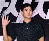 김수현 '땡땡이 셔츠가 포인트!'